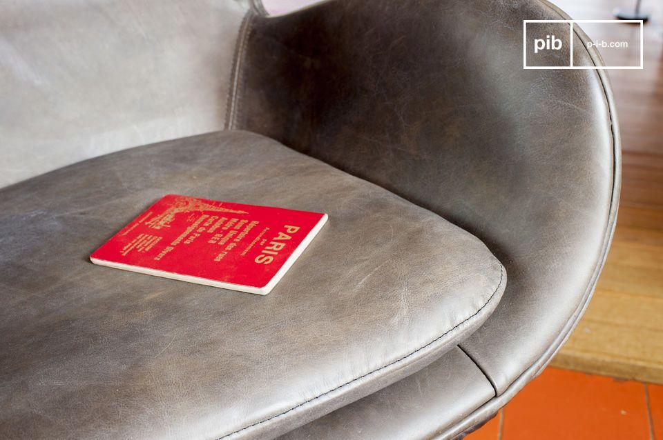 Los pies del sillón son del estilo retro y hechos de metal pulido