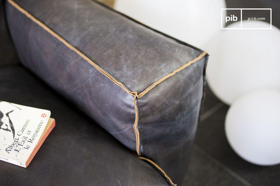 El sofá Atsullivan es lade enteramente de cuero y tiene una cierta estética vintage