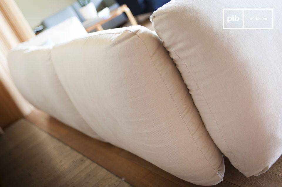 El sofá también ofrece apoyabrazos muy altos debido a su alta densidad de acolchado y a la