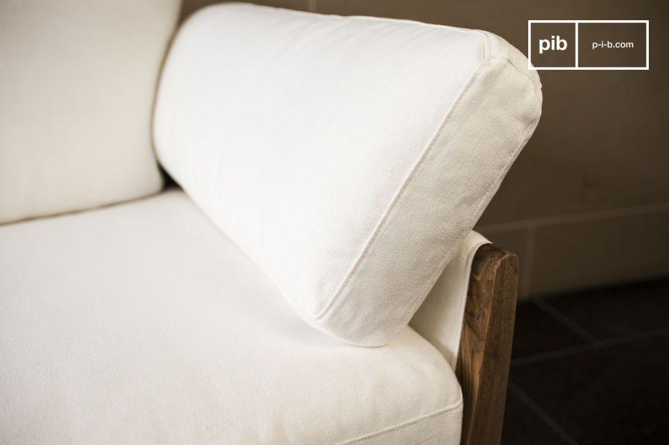 Las formas de este sofá se inspiran en el diseño de los años 60 y la combinación de los