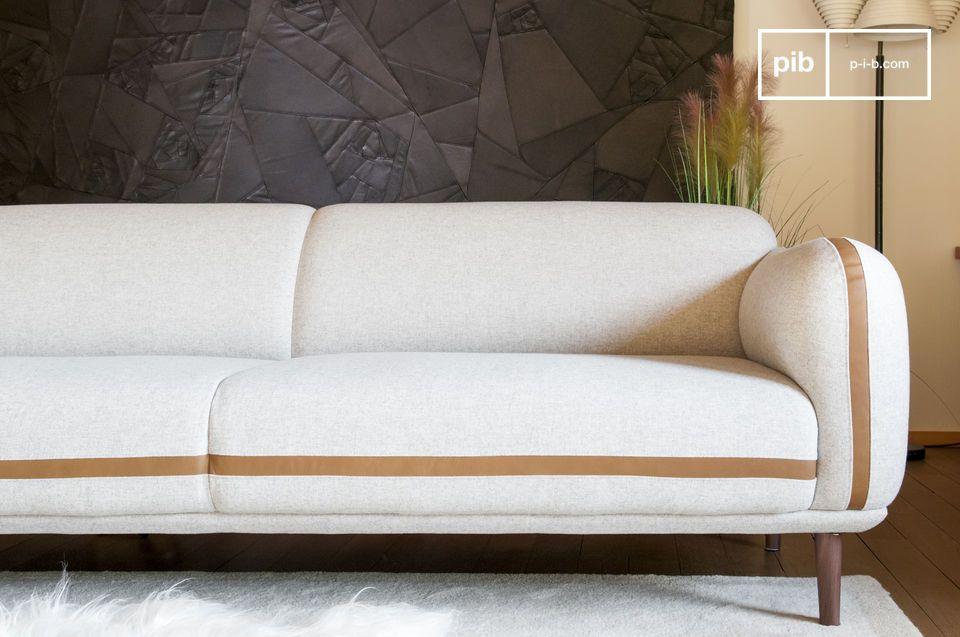 La base sólida de nogal ofrece un equilibrio al conjunto, haciendo resonando el color del cuero