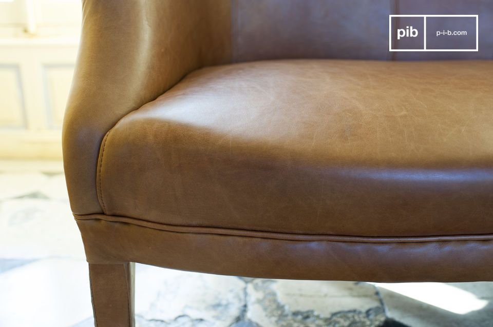 El estilo de este sofá nos devuelve algunas décadas con el encanto de principios del siglo XX