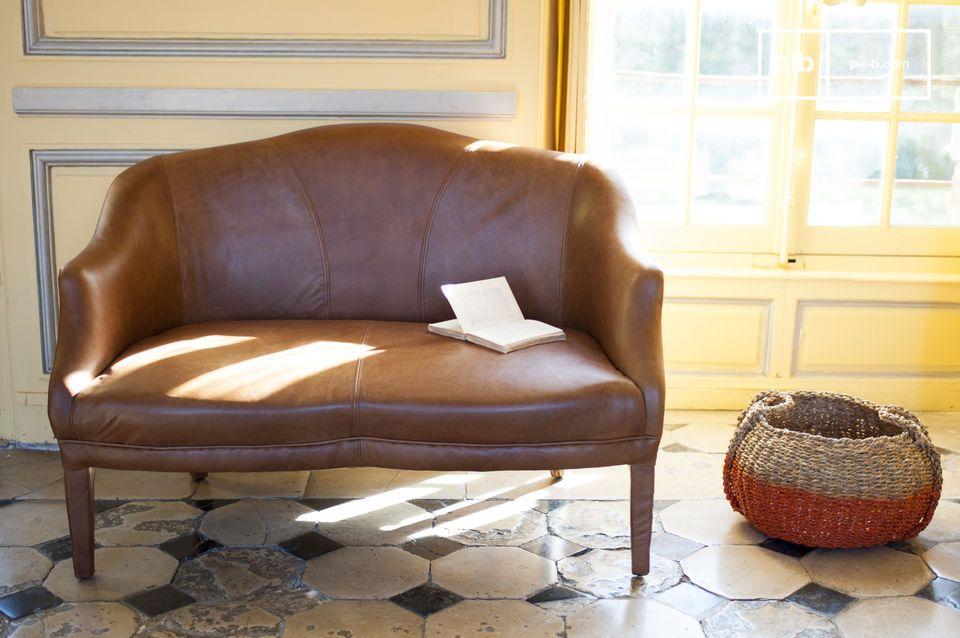 En sofá de cuero con elegantes acabados