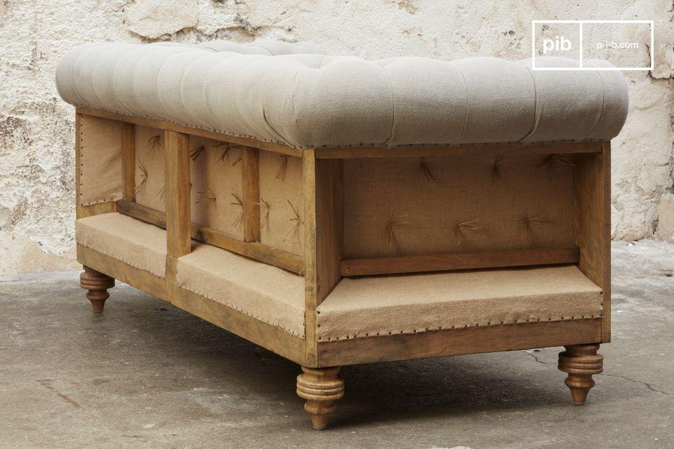 Fabricado en madera maciza cepillada y luego patinada