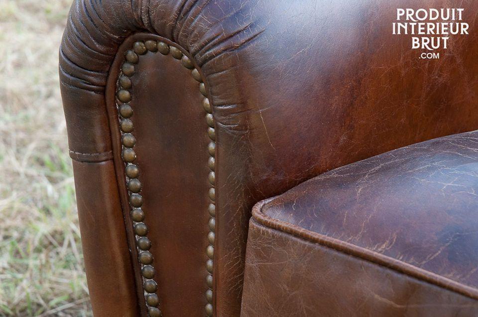 El relleno en sus cojines, espaldar y brazos hacen de este sofá un mueble muy cómodo
