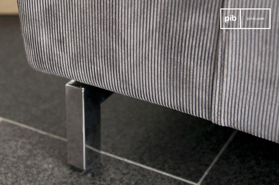Un sofá con estilo hecho de pana cono diseño de los 60 con una base cromada