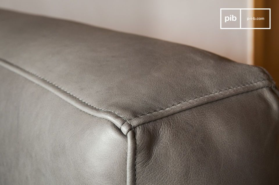 Los años sesenta son los protagonistas indiscutibles de este sofá de piel Almendra que seducirá a