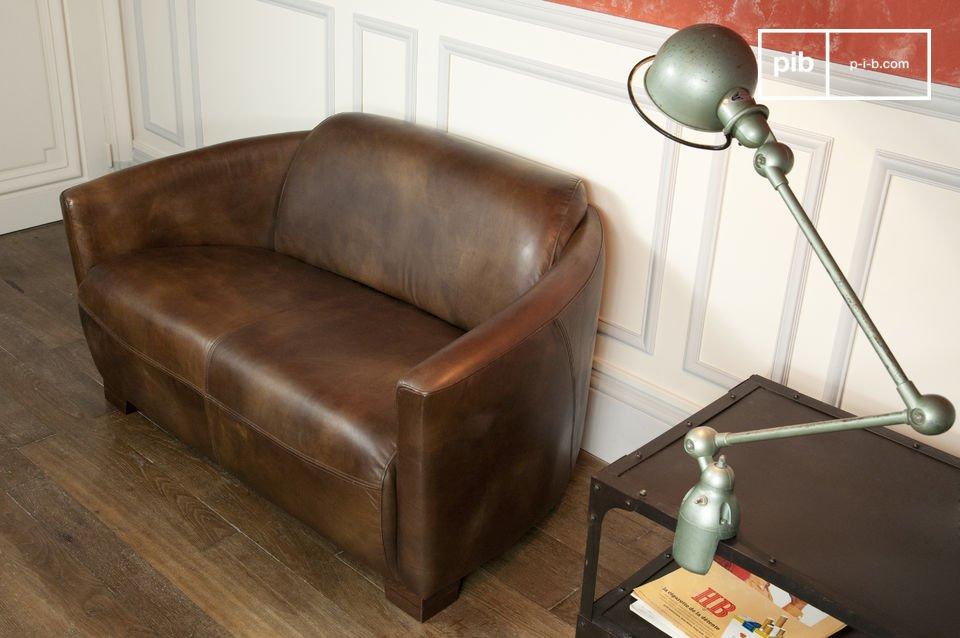 Este sofá tiene todo el carácter de un de un antiguo sofá de aviación