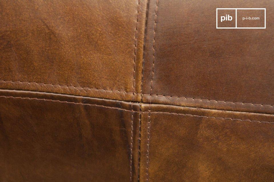 Tiene un excelente acabado, con un cuero pulido y muy suave con costuras perfectas