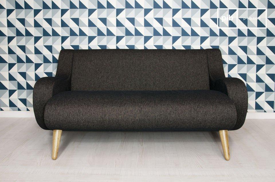 Este distintivo sofá con un marco de madera maciza de roble y amplios reposabrazos redondeados