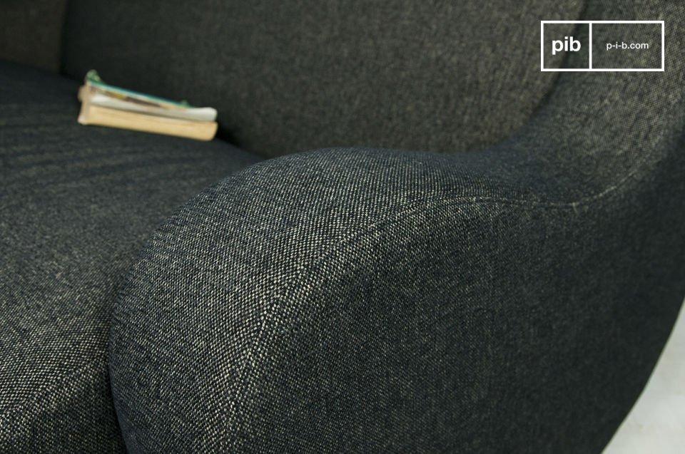 Este encantador mueble está compuesto por una gruesa tela negra