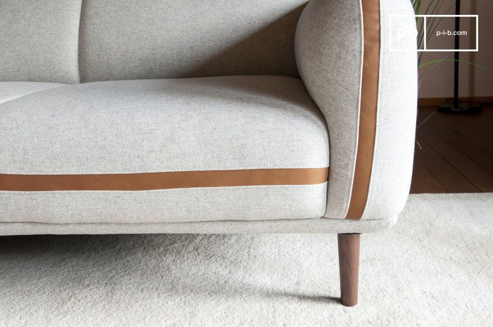 Un asiento lo suficientemente profundo como para llenarse con cojines con diseños retro
