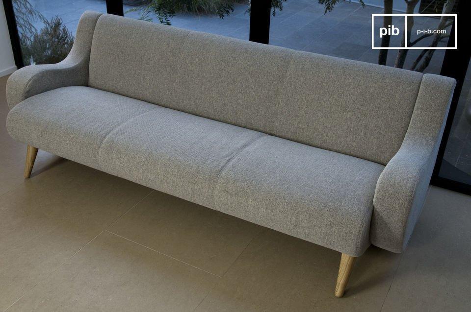 Un gran sofá con una silueta curvilínea vintage
