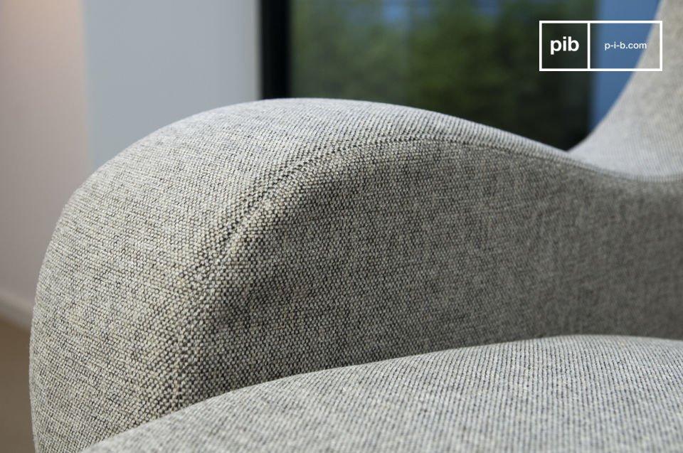 Este hermoso sofá con un marco de madera maciza de presno y amplios reposabrazos redondeados se ve