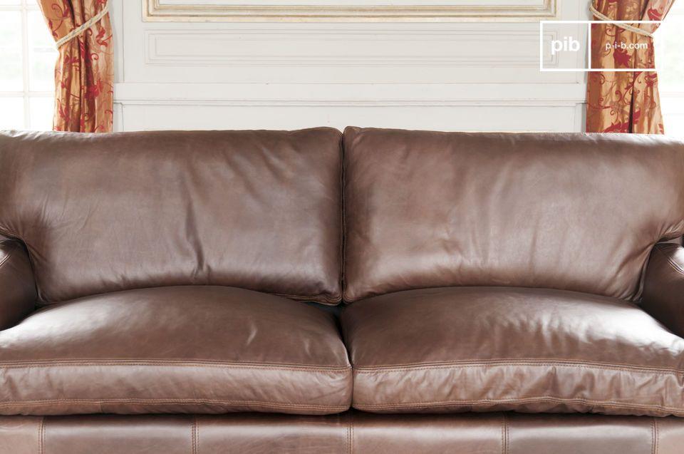 Este sofá de cuero es el elemento clave del salón y es parte de la larga tradición de los