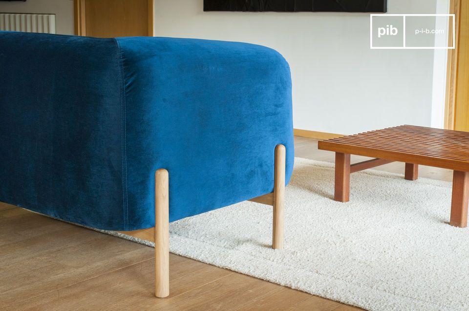 La base de madera maciza refleja el estilo escandinavo, con líneas rectas y un aspecto limpio