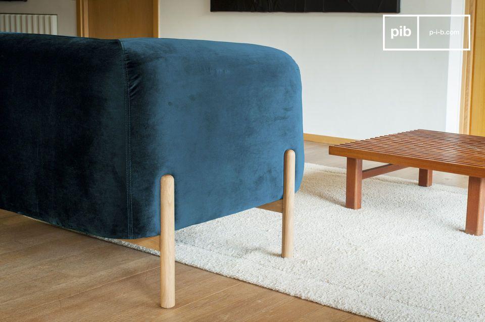 Esto da un toque original al conjunto y crea un contraste estético entre el azul oscuro y el tono