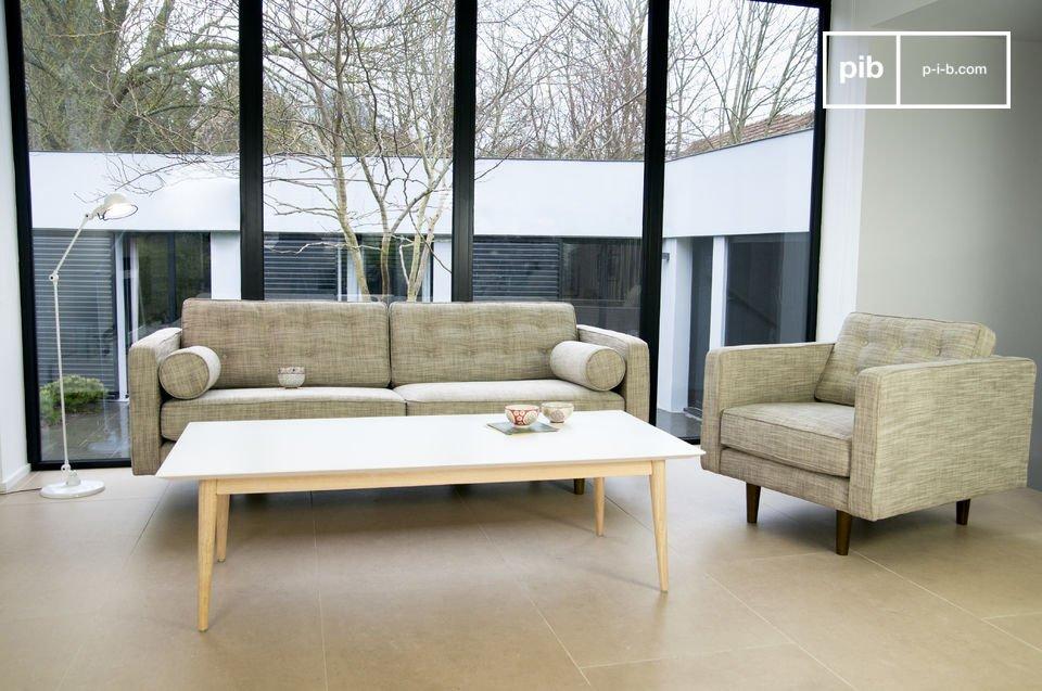 Este sofá tiene todo el estilo de los años 50, con sus brazos y patas cilíndricas tipo brújula