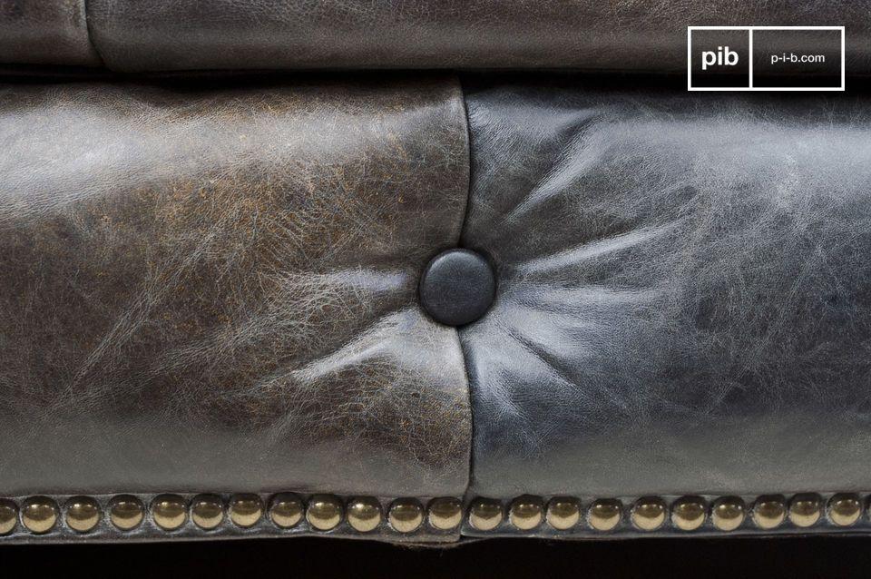 La comodidad de un sofá Chesterfield con un acabado de cuero vintage.