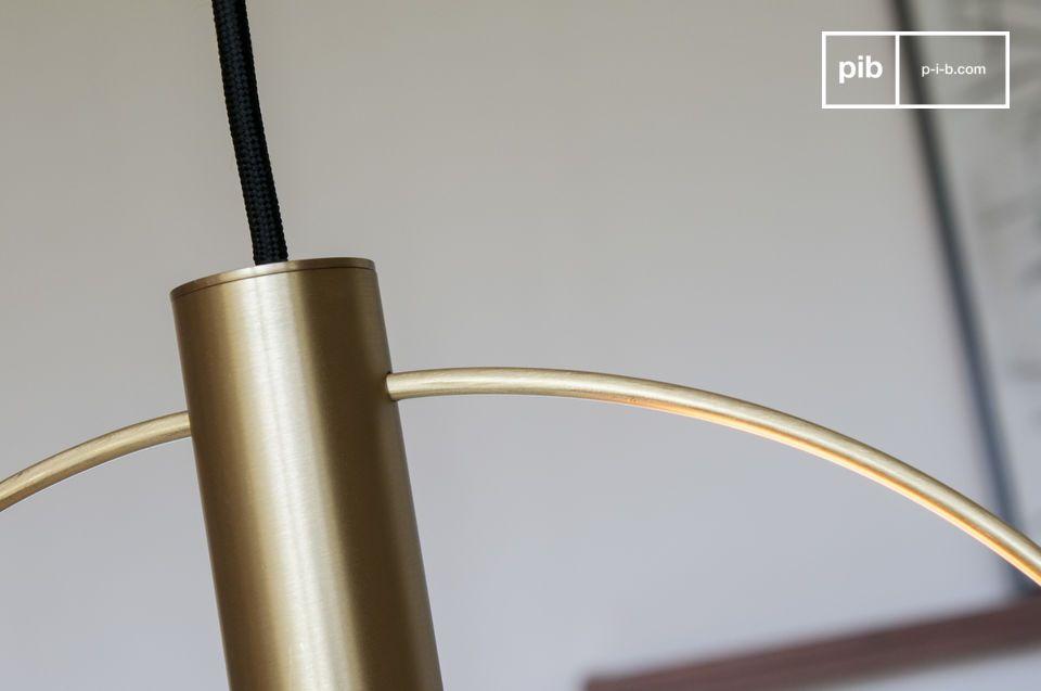 Una suspensión aireada de gran formato en latón dorado cepillado