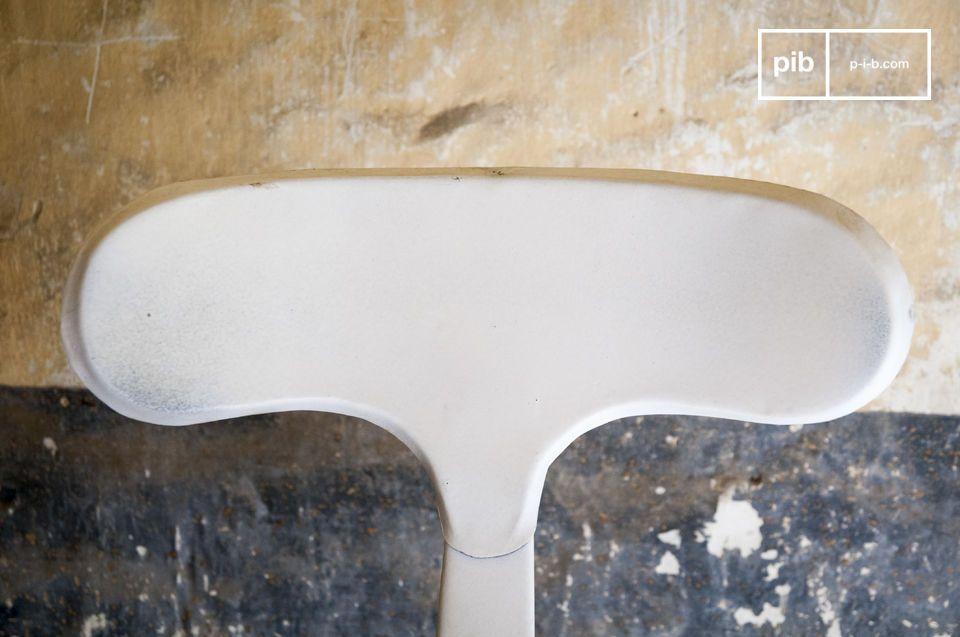 El taburete con remaches es una encantadora pieza de mobiliario que añadirá un toque de diseño