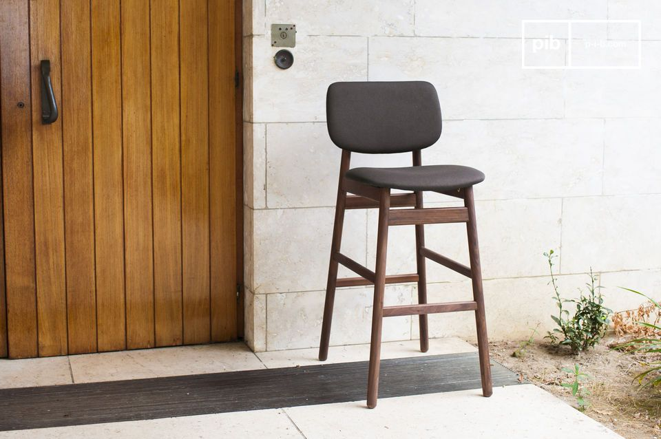 Diseñada totalmente de madera maciza de nogal, la silla Rainssön tiene una gran fuerza