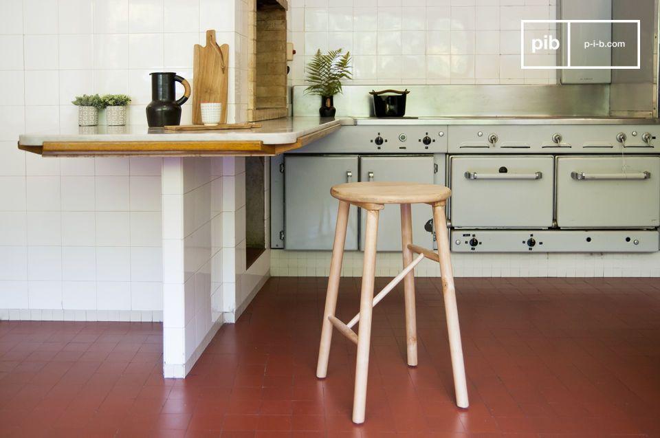 Un taburete de abedul elegante estilo escandinavo