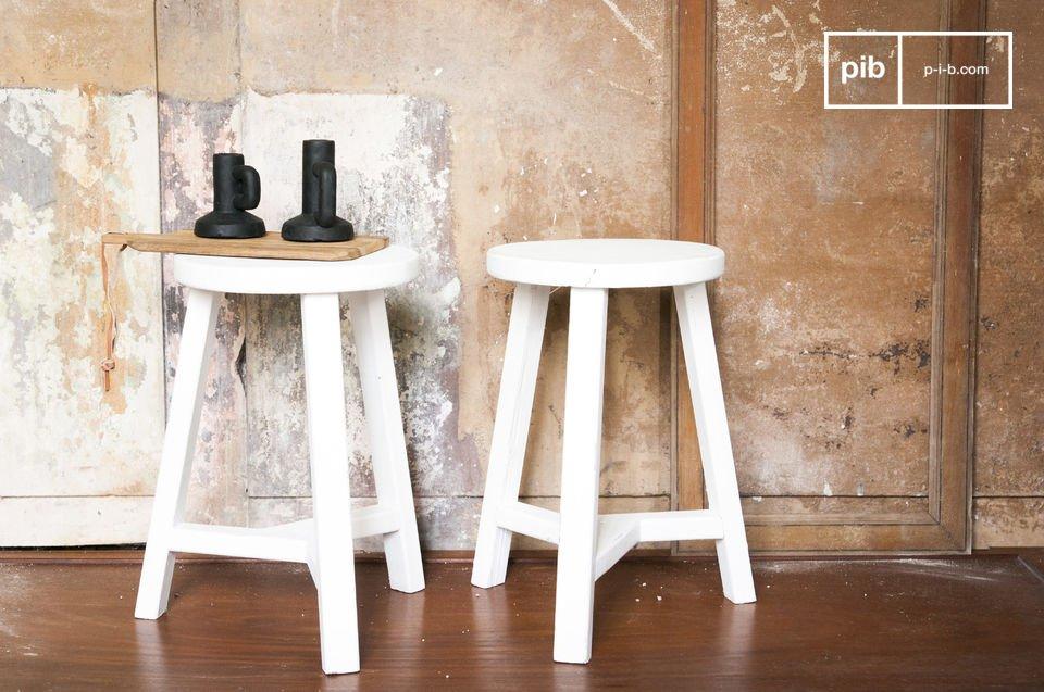 El taburete Éliane está hecho totalmente de madera con una hermosa pintura blanca mate