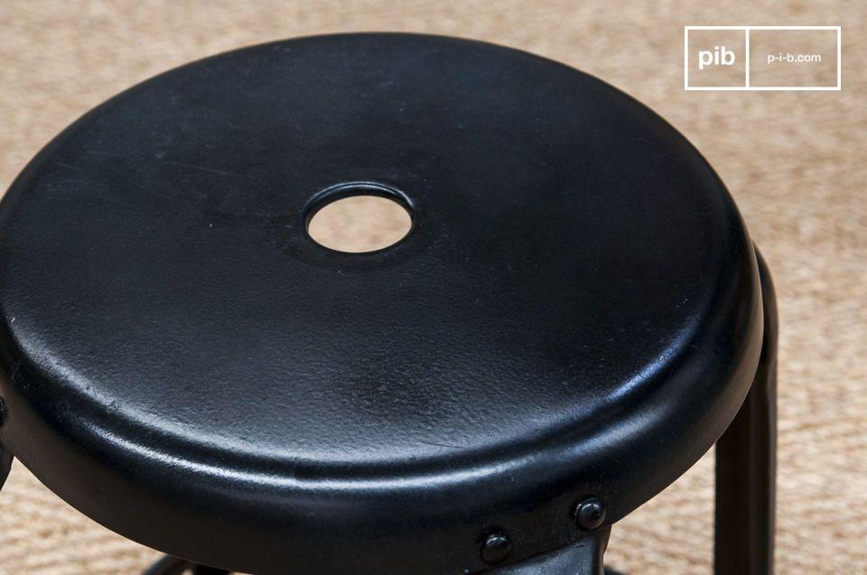 Este taburete metal también esta disponible en metal cepillado y en dimensiones más bajas