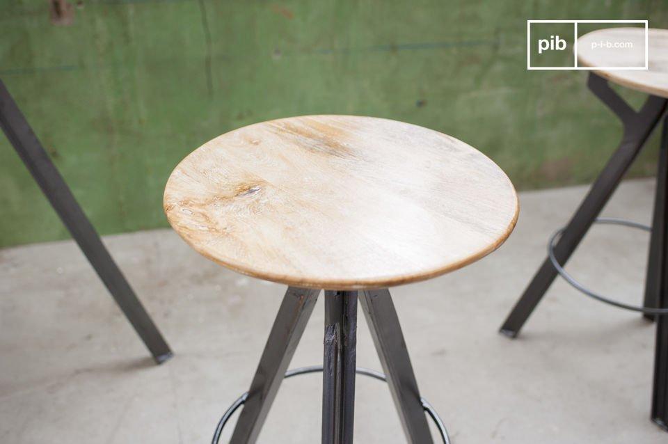 Un asiento alto con madera de mango con una besa de metal