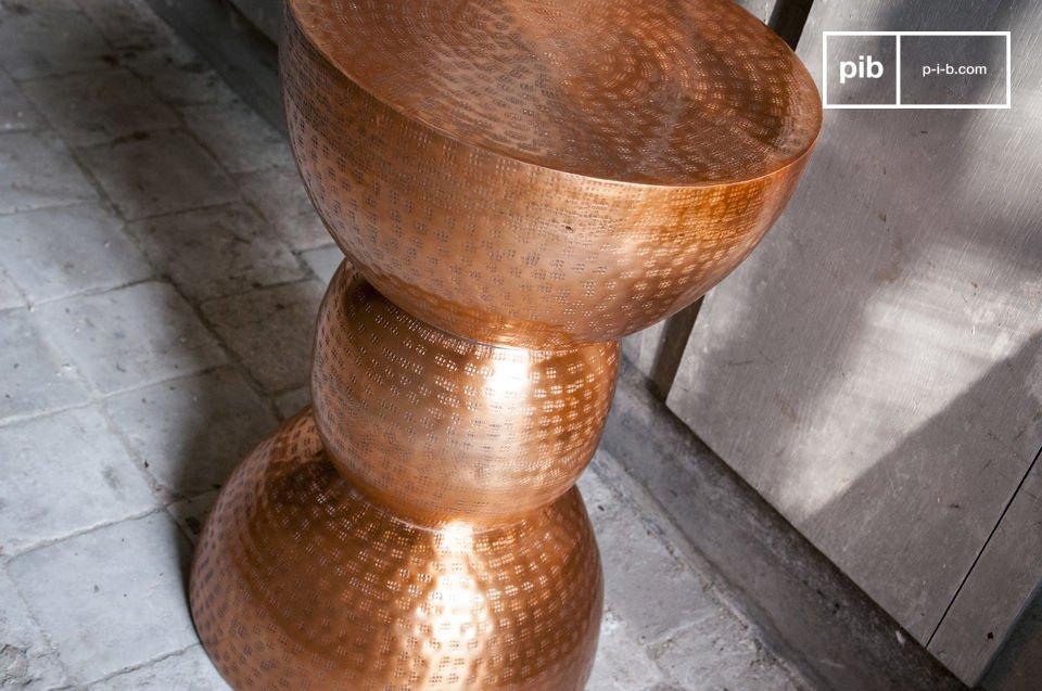 Asiento o mesa auxiliar de color cobre con todo el estilo vintage