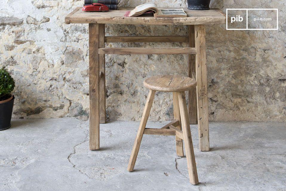 Un taburete robusto y ligero que se hace de madera vieja