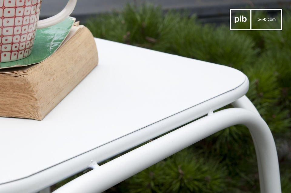Este taburete se puede utilizar tanto como una mesita auxiliar en una sala de estar