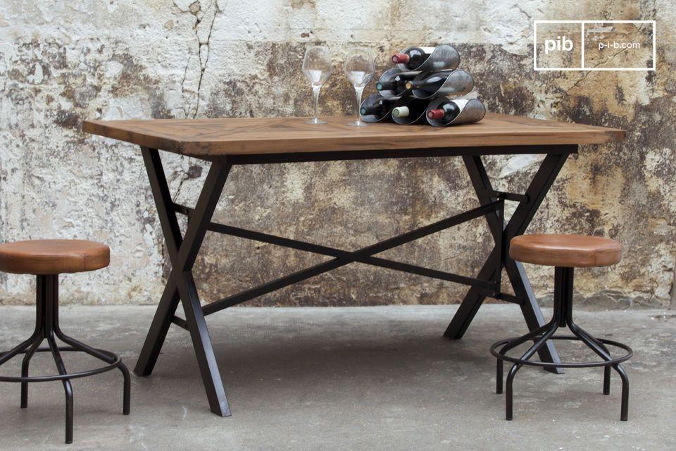 Con su asiento circular de madera cubierto de cuero y acolchado con espuma de alta densidad