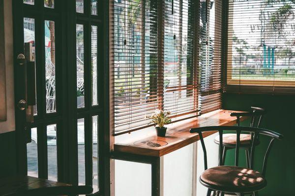 Taburetes y ventana