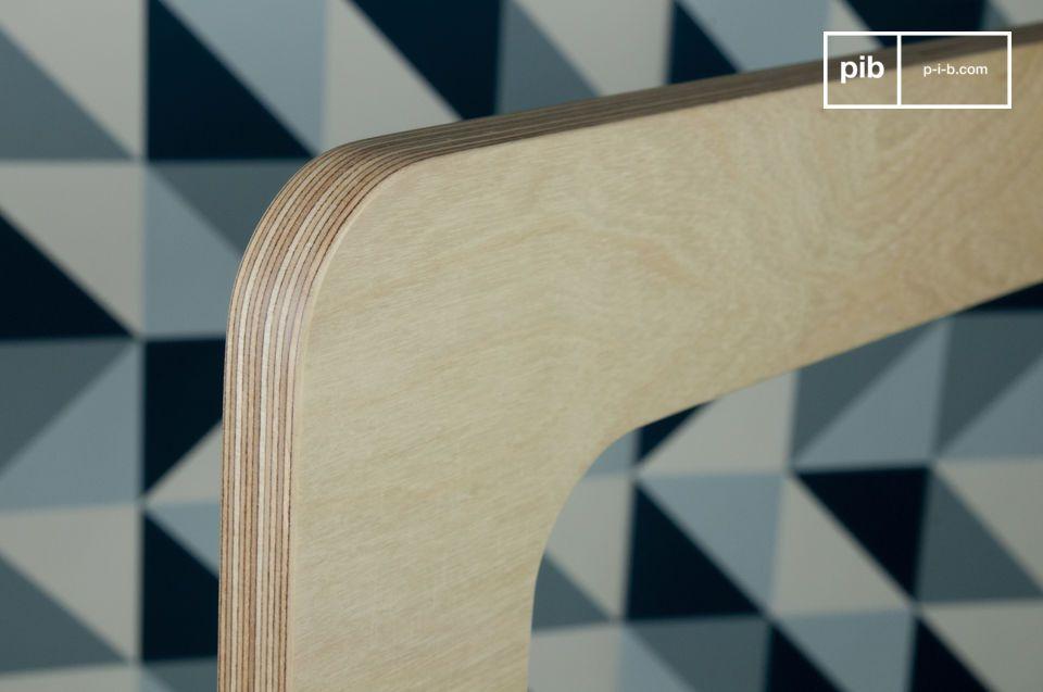Hecho de madera clara con varias capas de un barniz claro