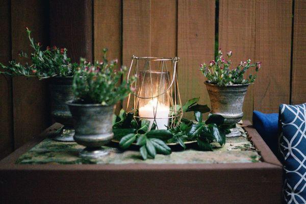 Vela en la mesa con flores
